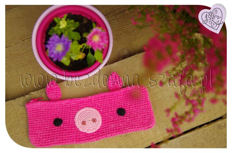 Różowy, szydełkowy piórnik świnka