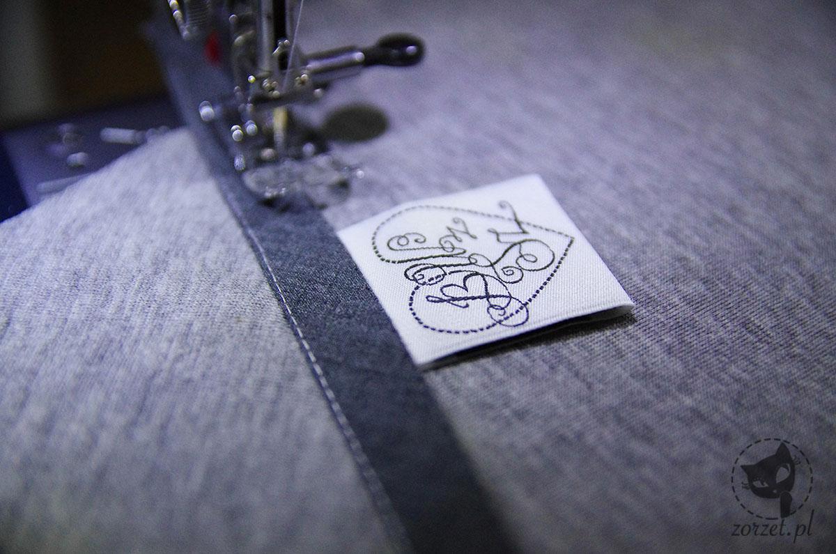 płaszcz z pianki, kieszeń doszywanie metki