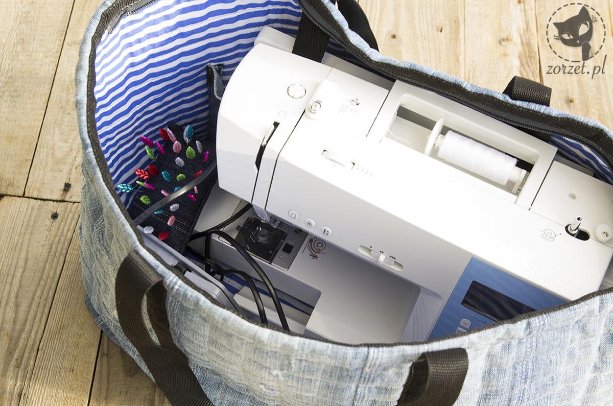 nogawki, torba dżins recykling, jeans bag recycling, wnętrze z maszyną do szycia