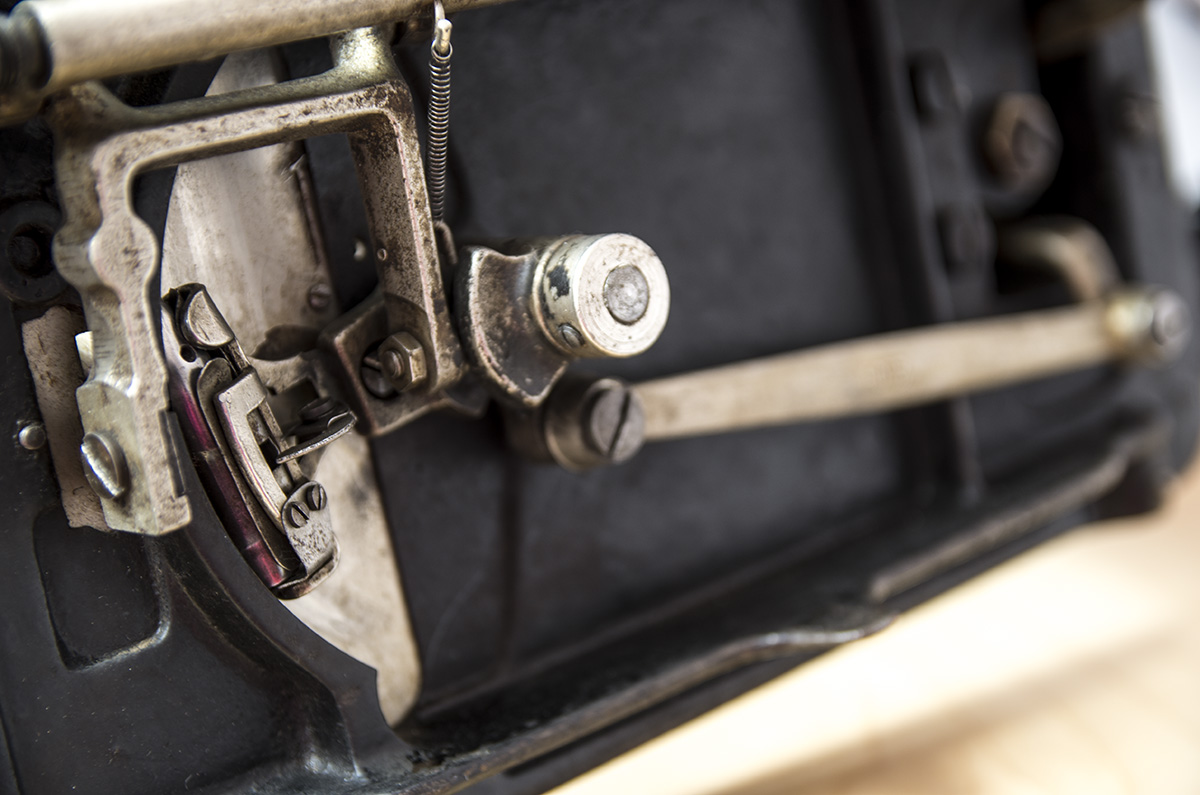 stara, pierwsza maszyna do szycia spód
