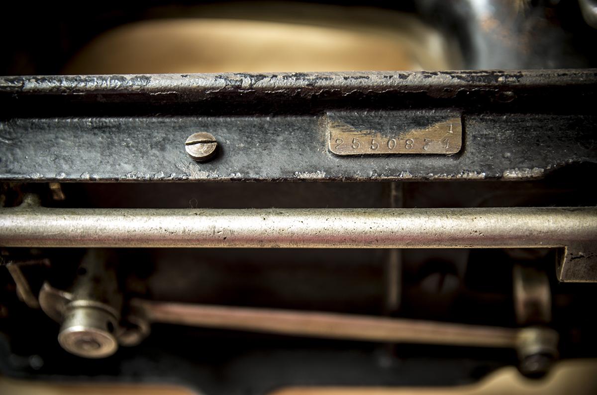 stara, pierwsza maszyna do szycia - numer seryjny
